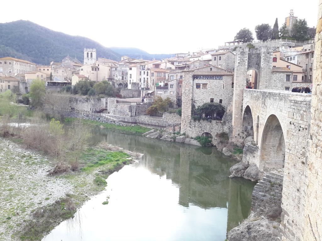 Vistas desde el Puente Románico de Besalú, Girona.