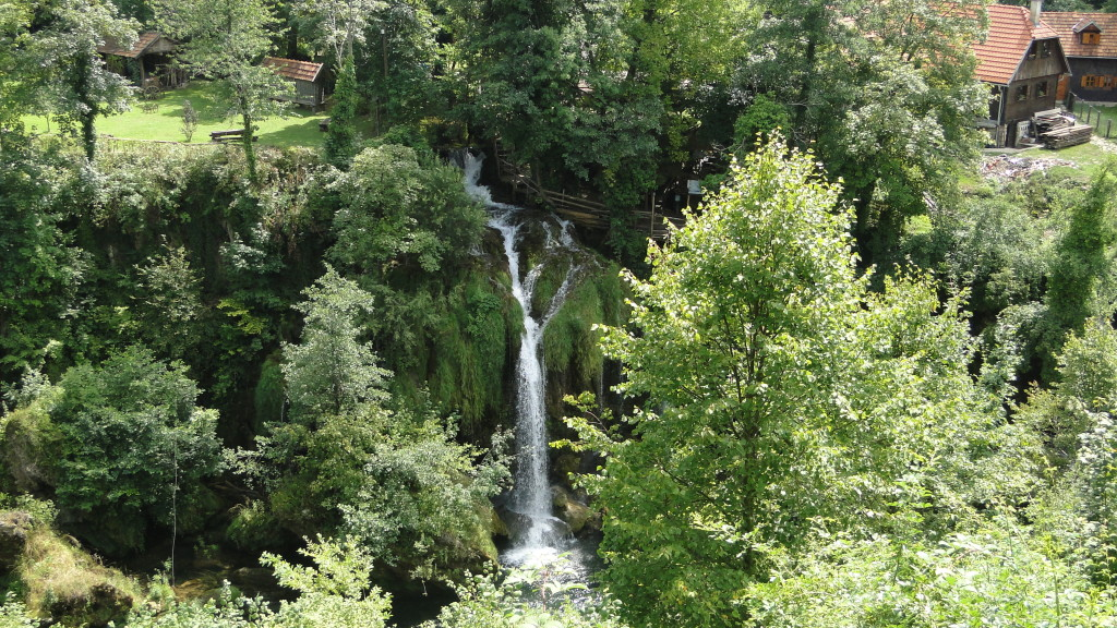 Rastoke, pueblecito por el que pasa el agua del río por debajo de sus casas, en Croacia.