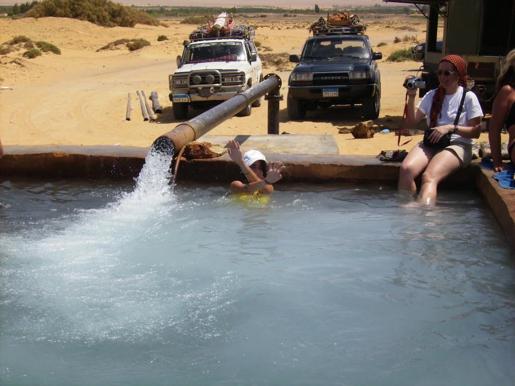 Balsa de agua termal en el desierto