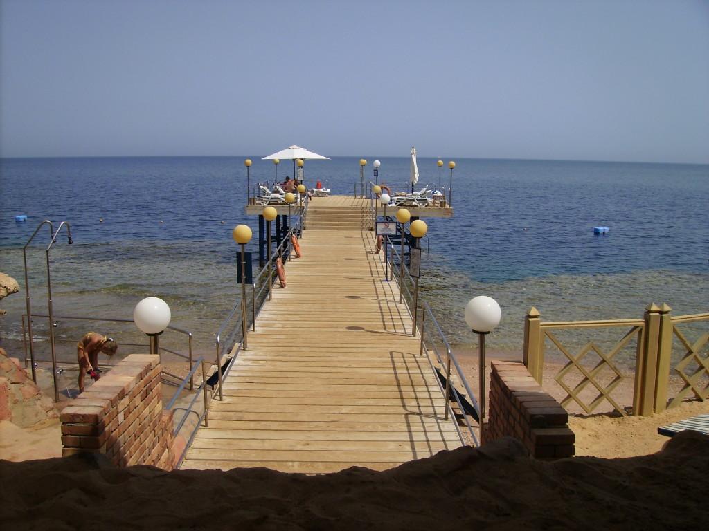 Pasarela de acceso al mar en el Hotel Marítim Jolie Ville Golf Resort
