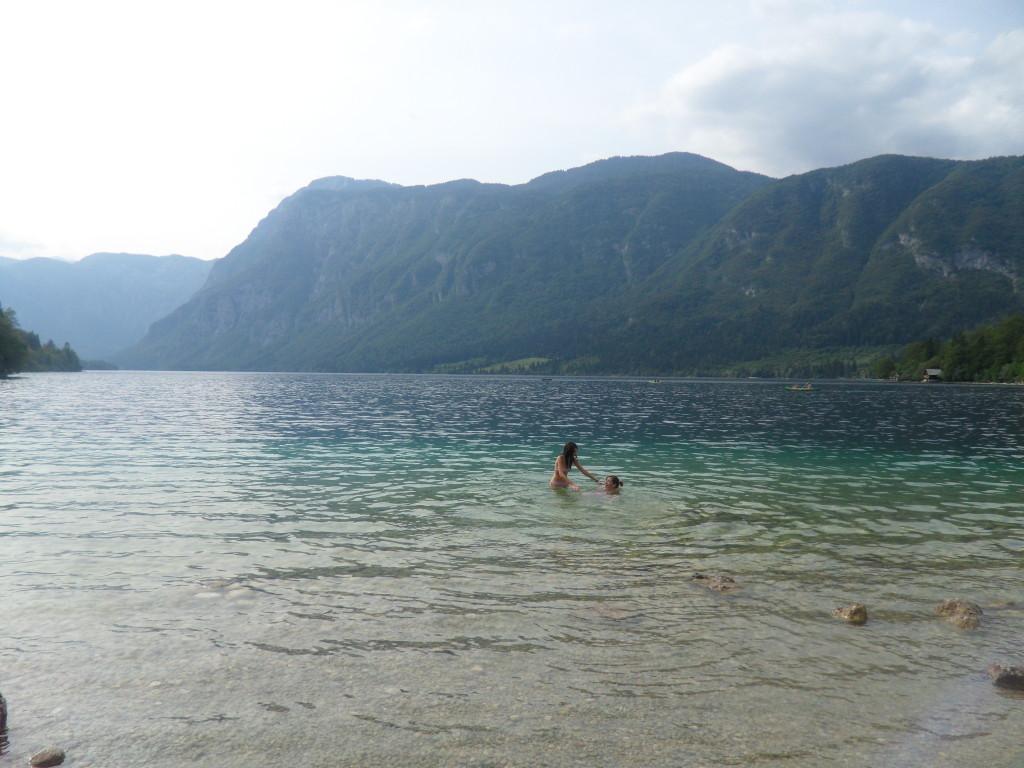 Baño en el Lago Bohinj, Eslovenia.