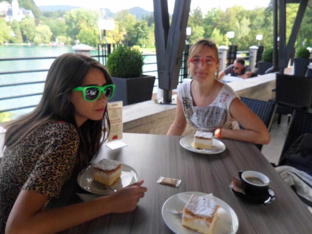Desayunando kremsnita en el Lago Bled, en Eslovenia.