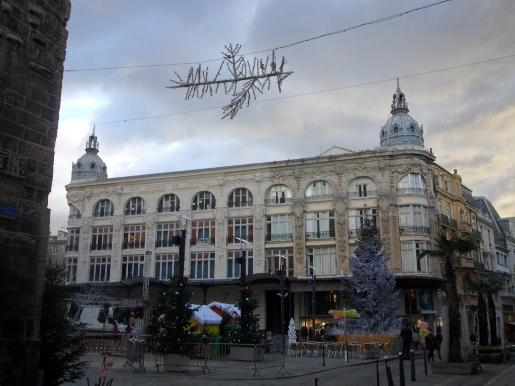 Centro histórico de Narbona, con los adornos navideños.