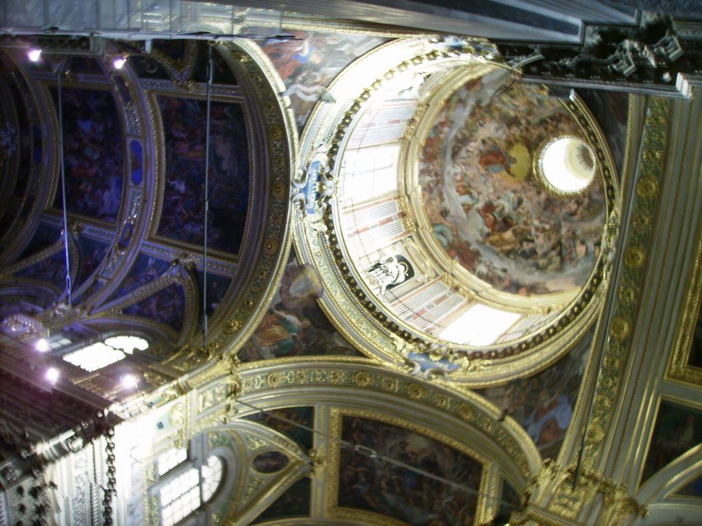 Interior de la Catedral de San Lorenzo en Génova, Italia.