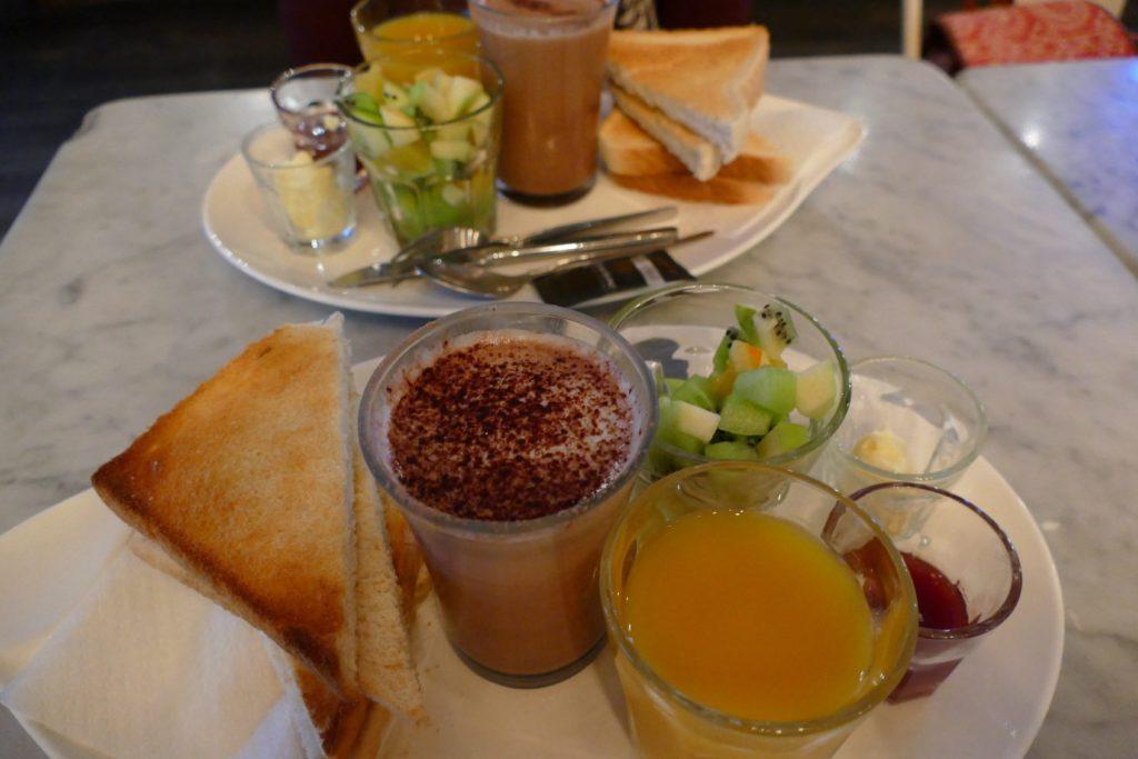 Desayuno en Bar Galería de París, Oporto.