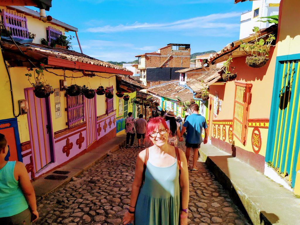 Calle del recuerdo en Guatapé, Colombia.