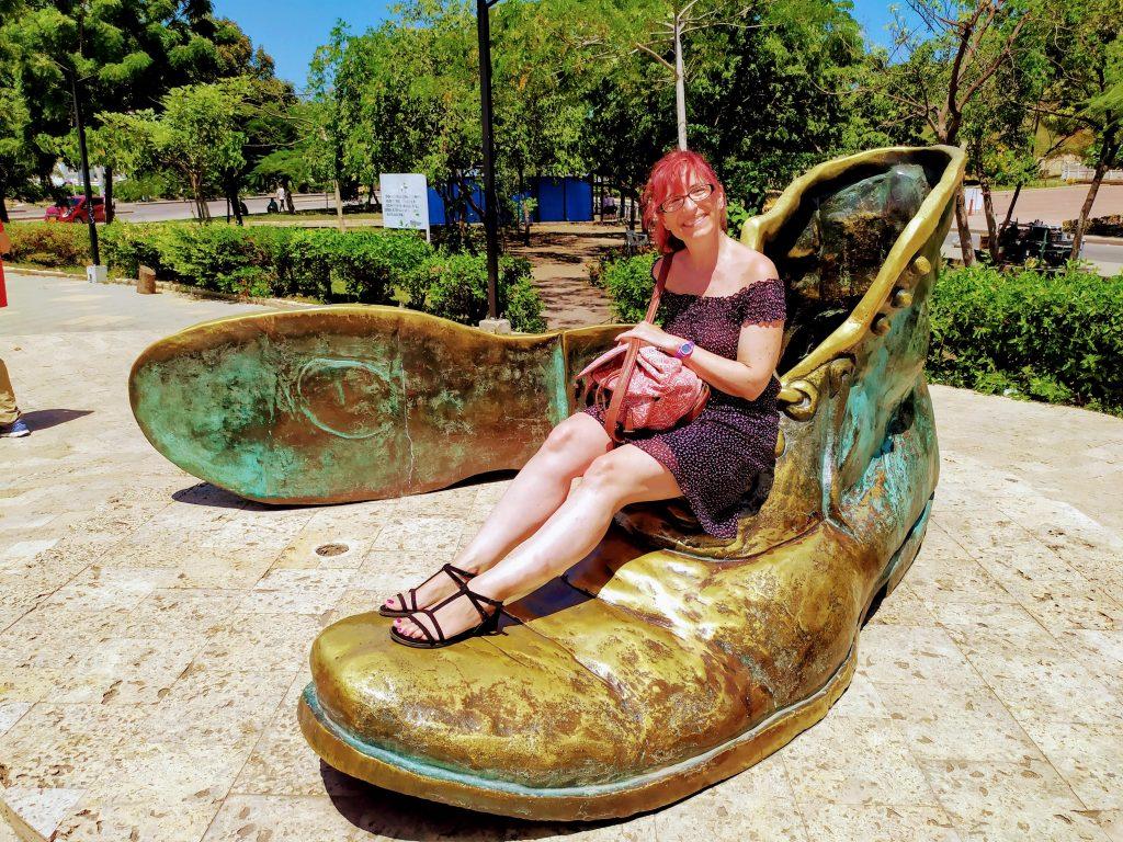 Monumento a los Zapatos en Cartagena, Colombia.