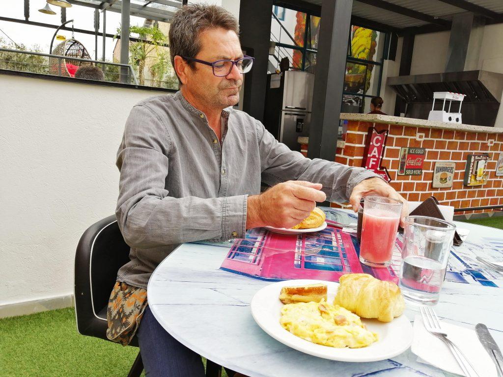 Desayuno en el hotel de Bogotá, Colombia.