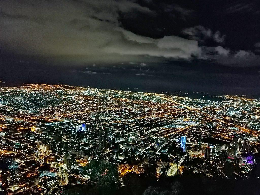 Vistas desde el Cerro de Monserrate en Bogotá, Colombia.